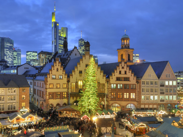 View of the Christmas market with Römer and skyline
